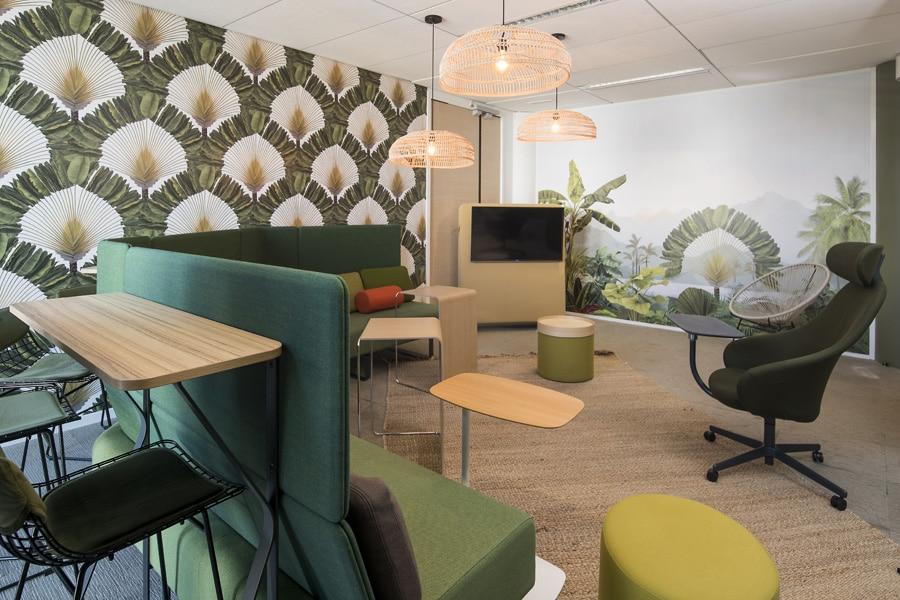 Settle de Bene, tabouret haut tapis et plafonniers de HK Living , Pli de Bene, Drum de softline, Trunk de cascando, papier peint Peppermint