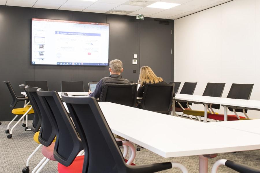 Salle de réunion collaborative avec chaises Se:Spot de Sedus